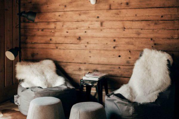 Hoiz Alm Berghütte Wohnzimmer Lounge Sitzsäcke